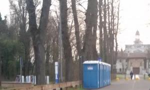 Bagni chimici installati davanti al piazzale della Certosa di Pavia per la manifestazione di Comunione e Liberazione?